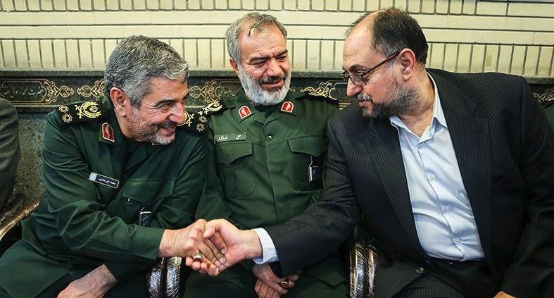 وحيد حقانيان يصافح قائد الحرس الثوري الجنرال محمد علي جعفري.