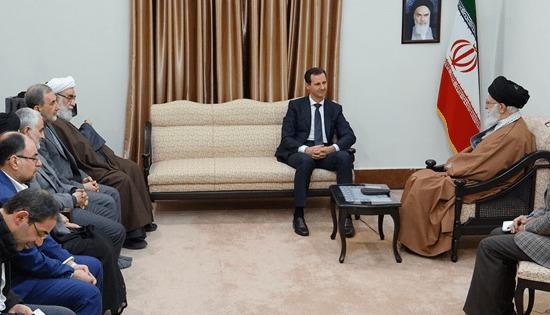 وحيد حقانيان رقم 2 على يسار الصورة يوم 25 فبراير الماضي، لدى استقبال المرشد علي خامنئي، الرئيس السوري بشار الأسد في طهران.