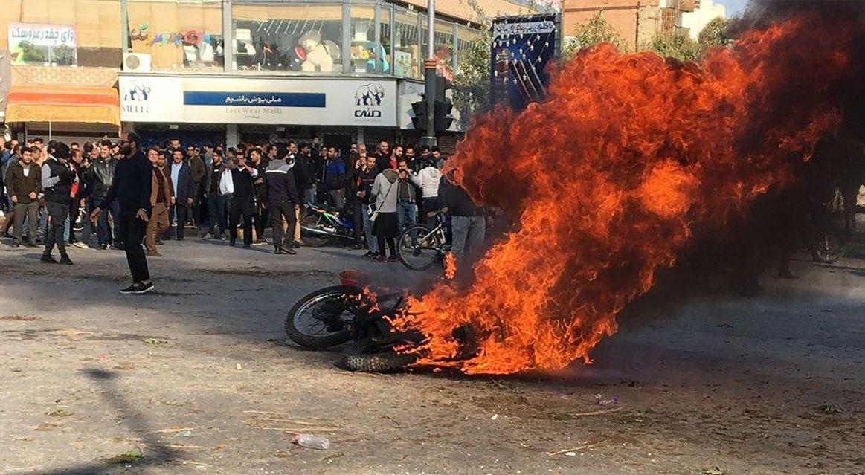 انتفاضة البنزين: رصد موجز لحركة ارتطام المجتمع بالحكومة في إيران